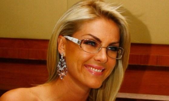 Ana Hickman de óculos de grau