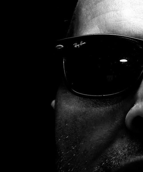 homem de óculos escuros ray-ban