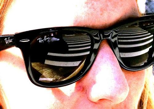 mulher de óculos escuros