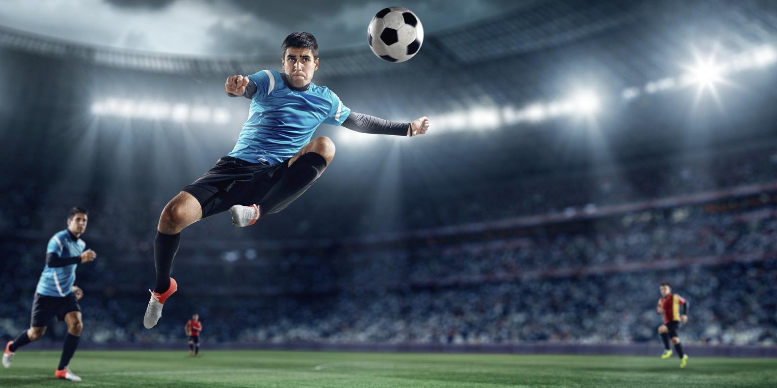 b2bba64b739a7 A liberdade de movimento não é a única vantagem de usar lente de contato  para jogar futebol. Elas também permitem uma visão periférica melhor e  imagens mais ...