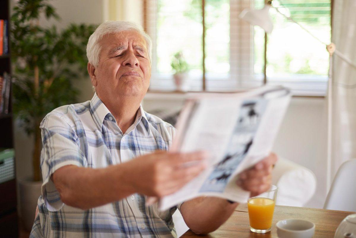 """d5e7799e8 Se você tem mais de 40 anos, pode começar a ter dificuldades para ler ou  enxergar os objetos de perto – um """"sintoma"""" clássico é esticar os braços  para ..."""