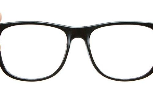 Mãos segurando um óculos