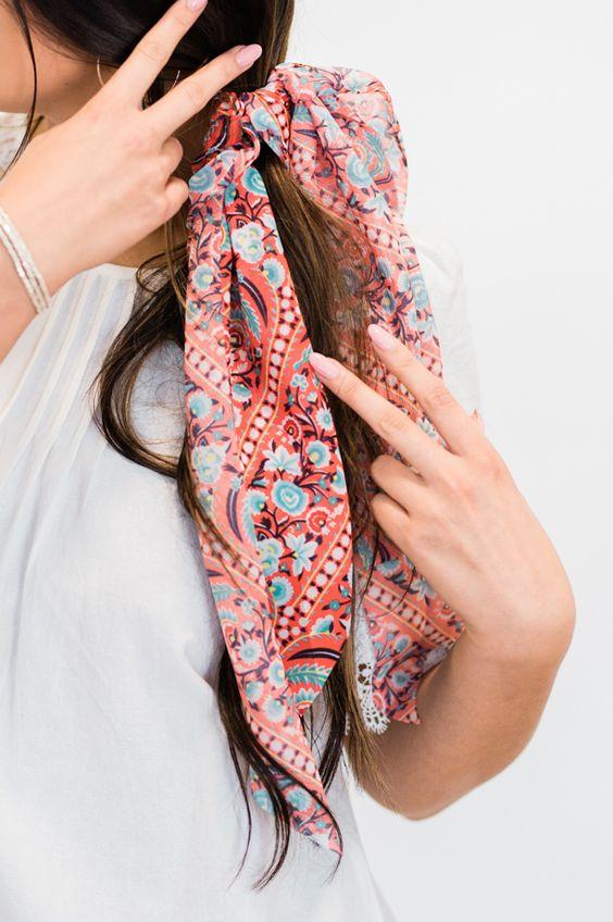 Lenço amarrado com laço no cabelo