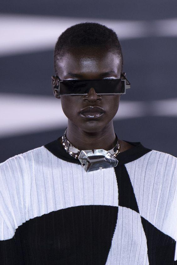 Modelo com óculos de sol em desfile de moda