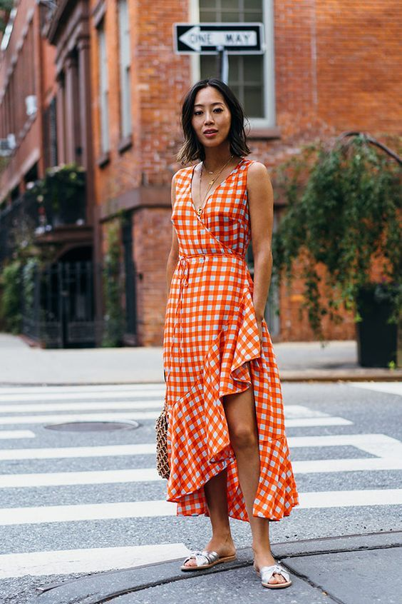 Mulher com vestido estampado no meio da rua