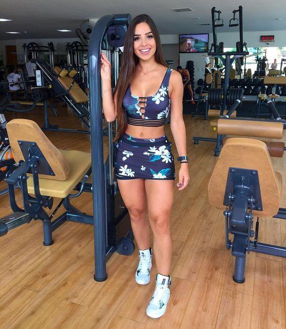 Mulher com roupa fitness estampada na academia