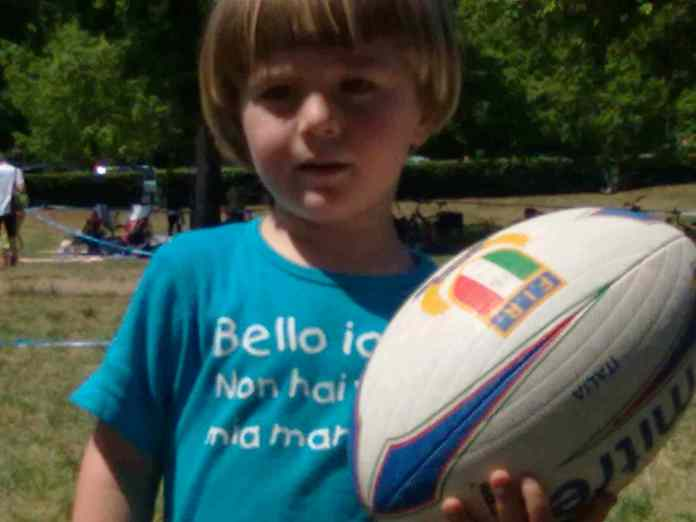 bambini giocano a rugby