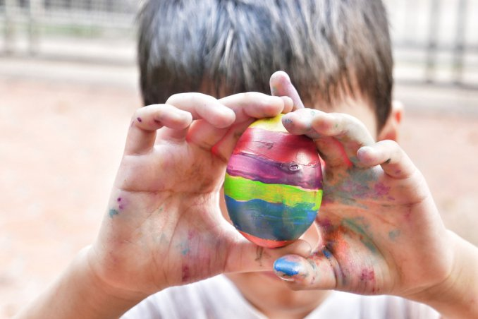 colorare uova di pasqua con i bambini