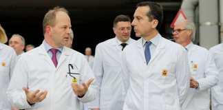 AT&S CEO Andreas Gerstenmayer mit Bundeskanzler Kern (
