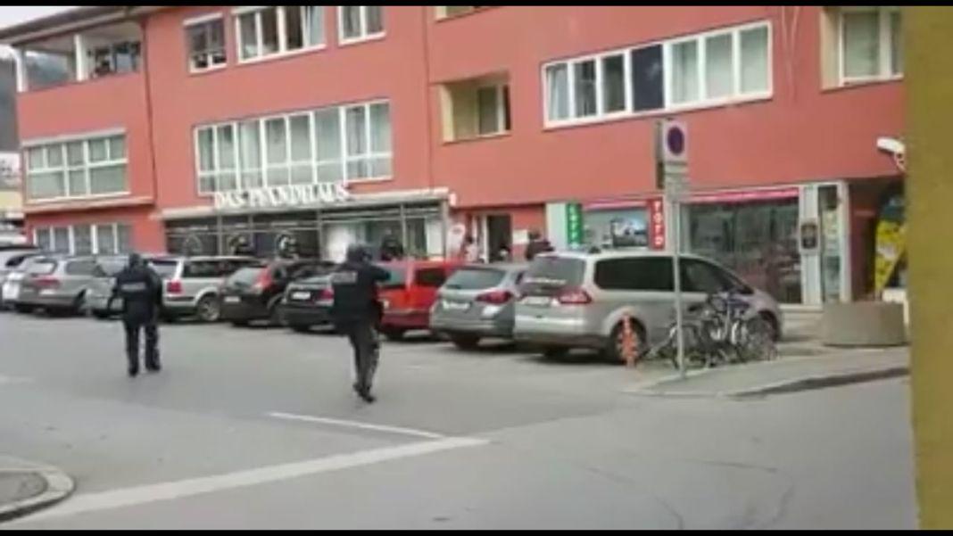 Foto von der Amtshandlung vor dem Pfandleihhaus