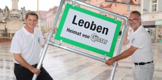 Im Bild v.l.n.r.: Leobens Bürgermeister Kurt Wallner und Gösser-Braumeister Andreas Werner.