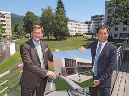 Leobens Bürgermeister Kurt Wallner mit Landeshauptmann-Vize Michael Schickhofer beim Areal, auf dem die Sporthalle entstehen wird.