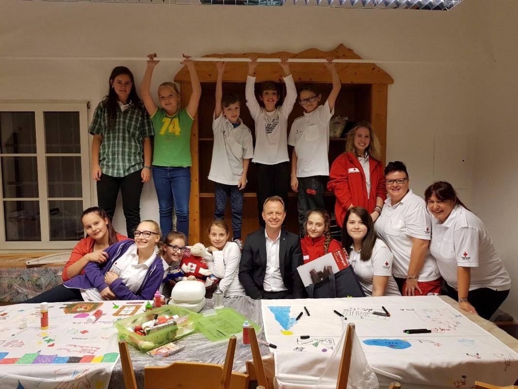 Bürgermeister Mario Abl, Jugendgruppenleiterin Claudia Zechner, Ortsstellenleiterin Anita Kozak und ein Teil der Rot Kreuz Jugendgruppe Trofaiach (Foto: Grill/Stadtgemeinde Trofaiach)