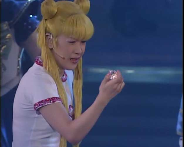 Usagi tearfully holding the ginzuishou.