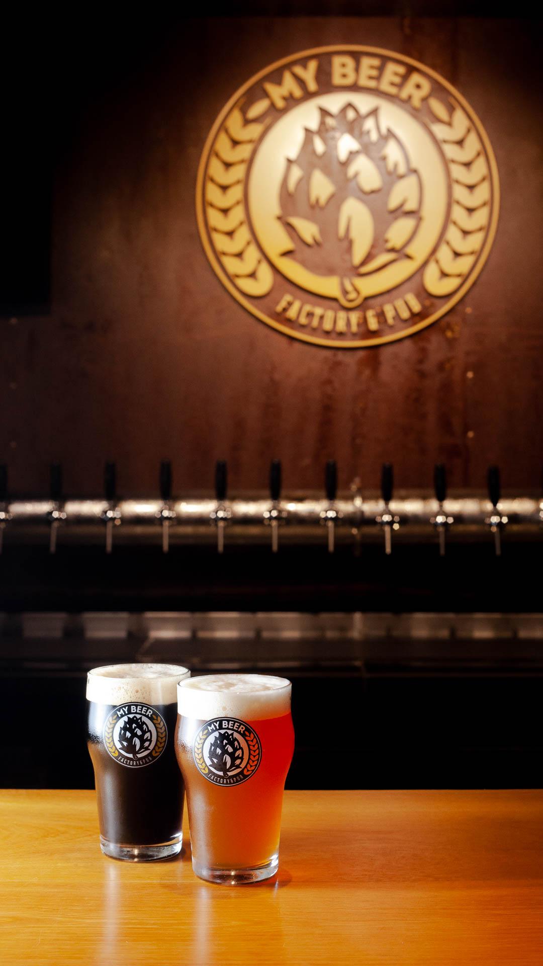 Balcão do bar da My Beer, em Blumenau, com dois chopes servidos