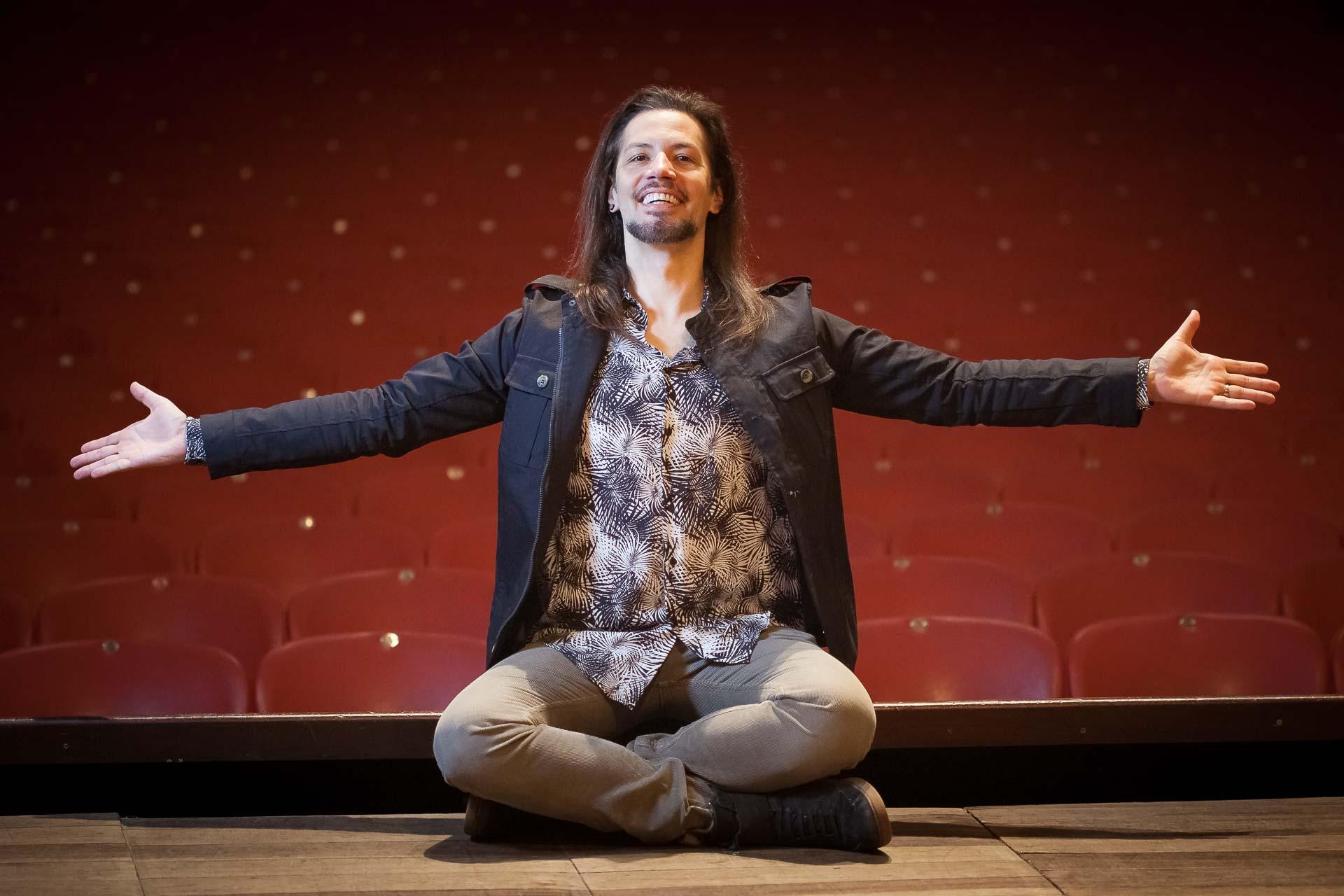 Fábio Hoster no palco do Teatro Carlos Gomes na abertura do Festival de Teatro