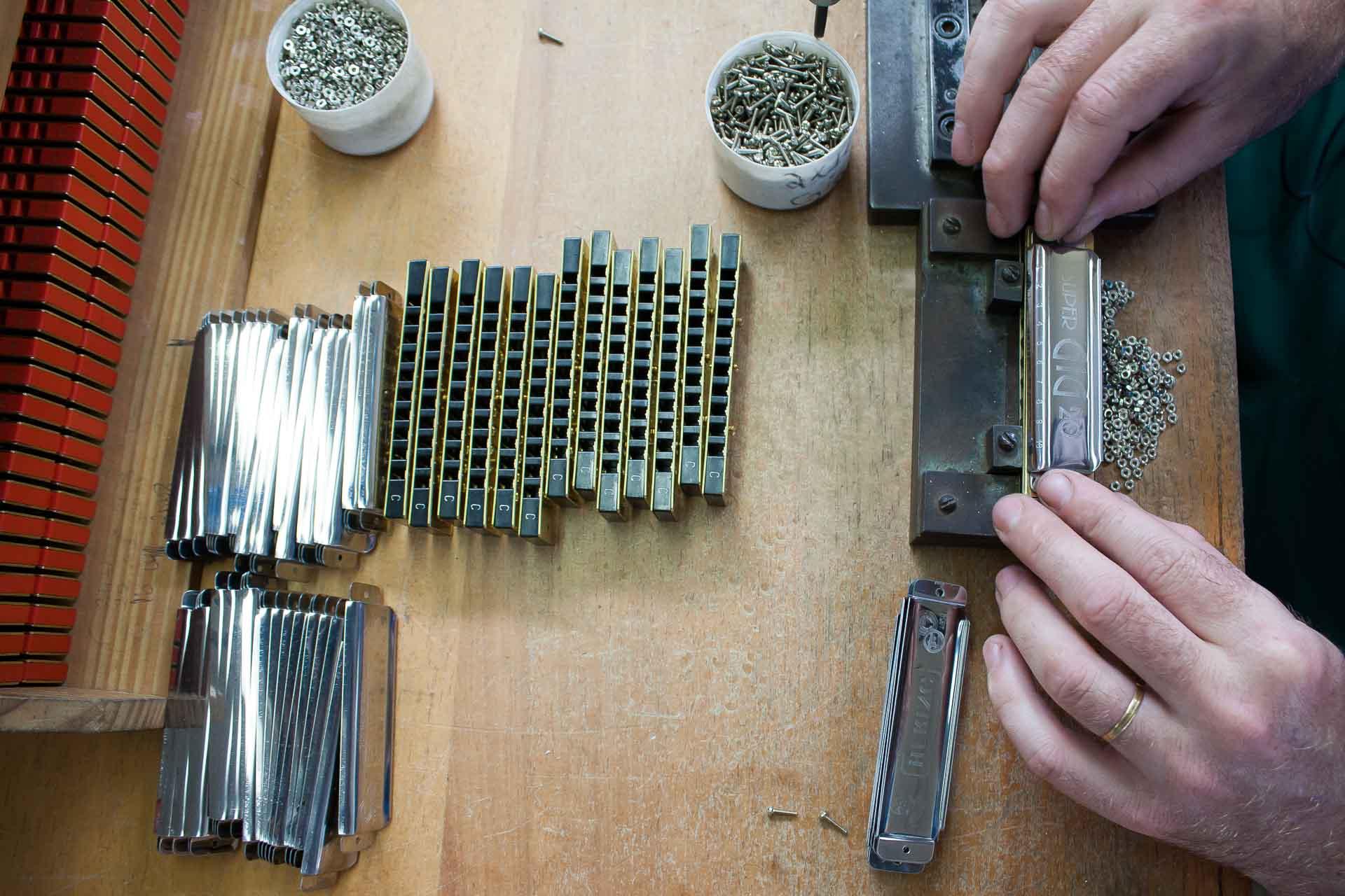 Linha de produção da Gaitas Hering, fábrica blumenauense de instrumentos musicais