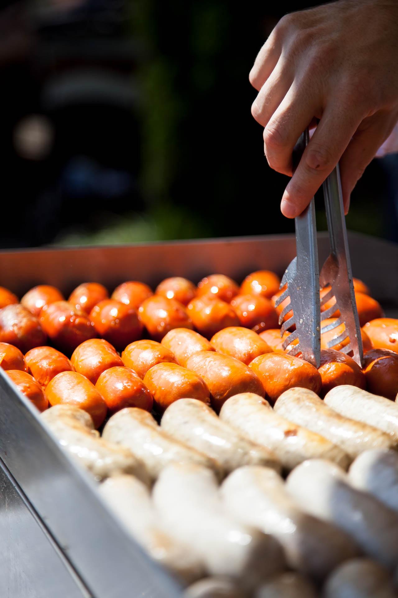 Salsichas alemãs sendo preparadas na chapa no restaurante Senac Blumengarten, em Blumenau