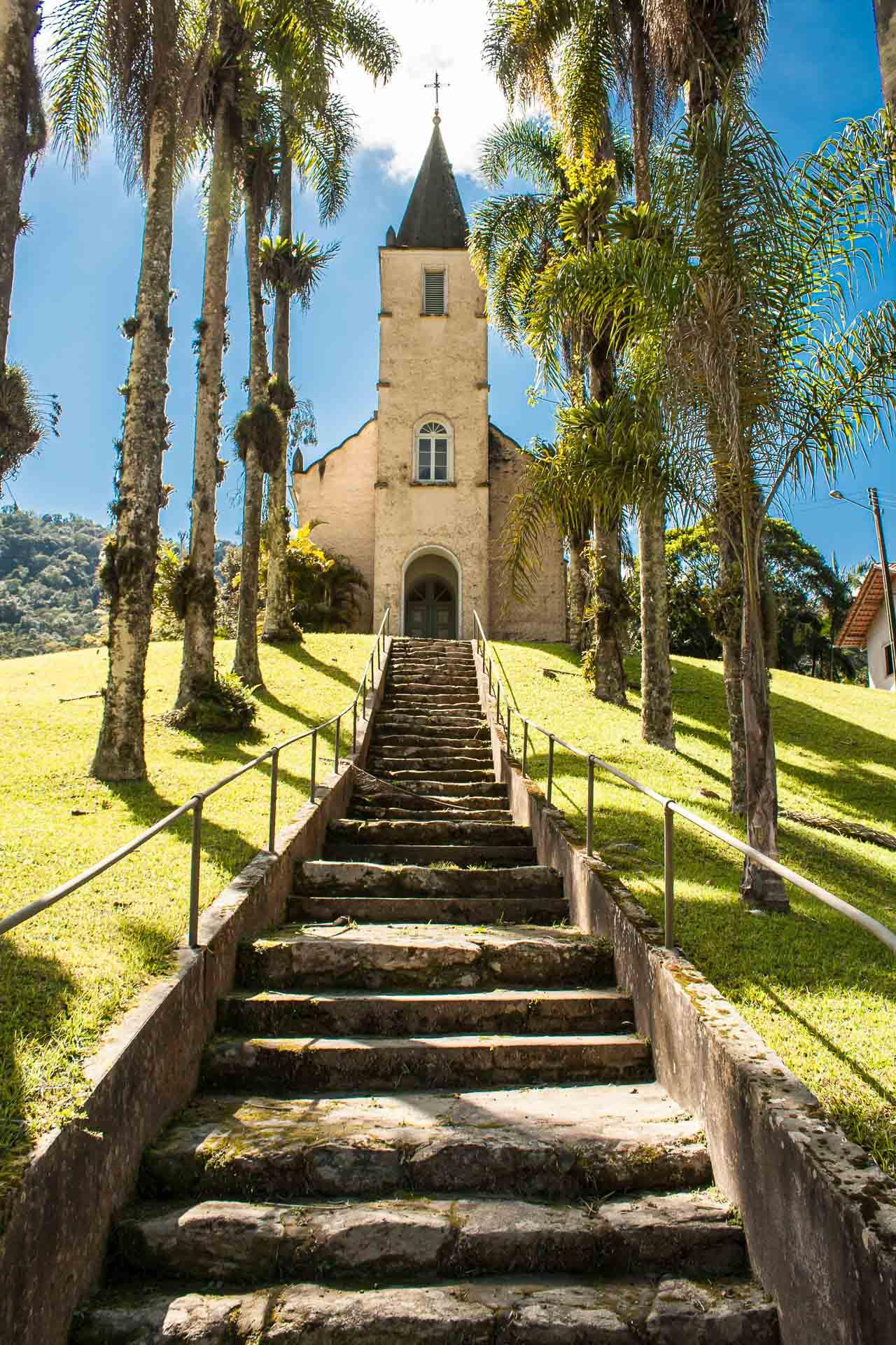 Igreja luterana antiga no bairro Vila Itoupava, em Blumenau, vista da escadaria de entrada
