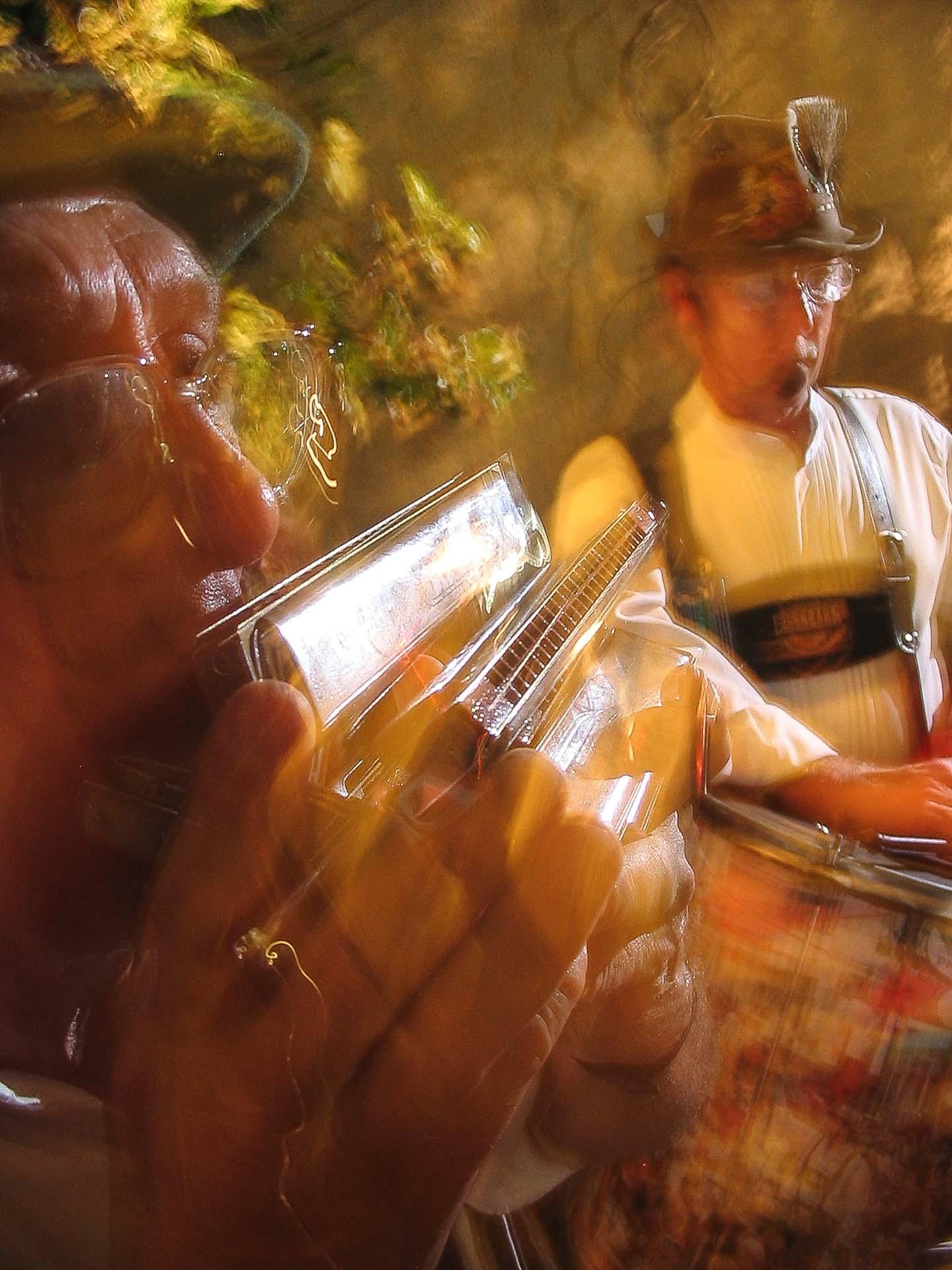 Músicos tocam durante a Oktoberfest de Blumenau, com uma harmônica em primeiro plano