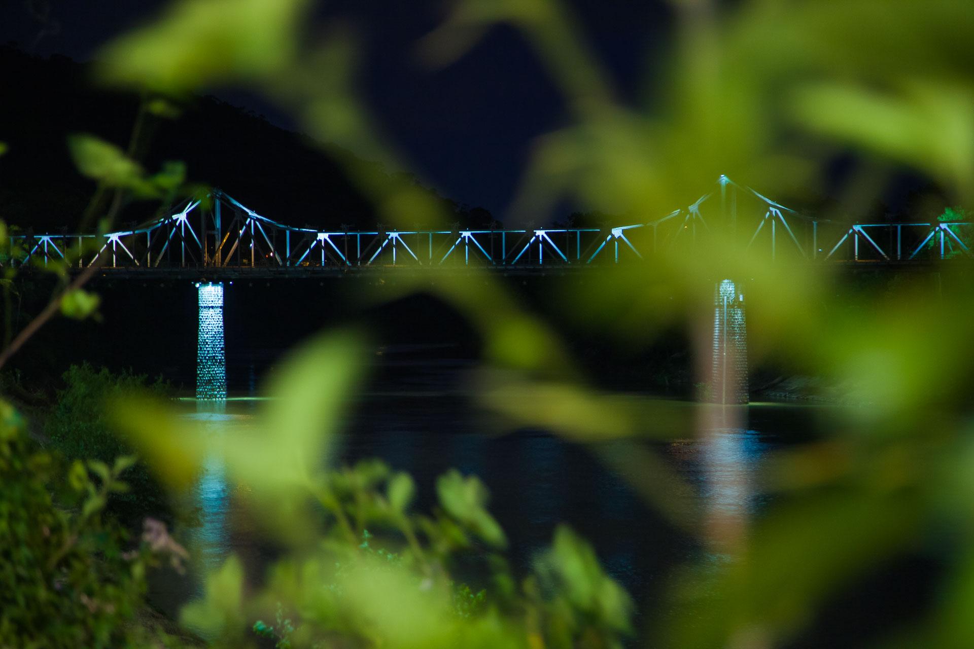 Ponte de Ferro, no Rio Itajaí-Açu, em Blumenau, fotografada à noite