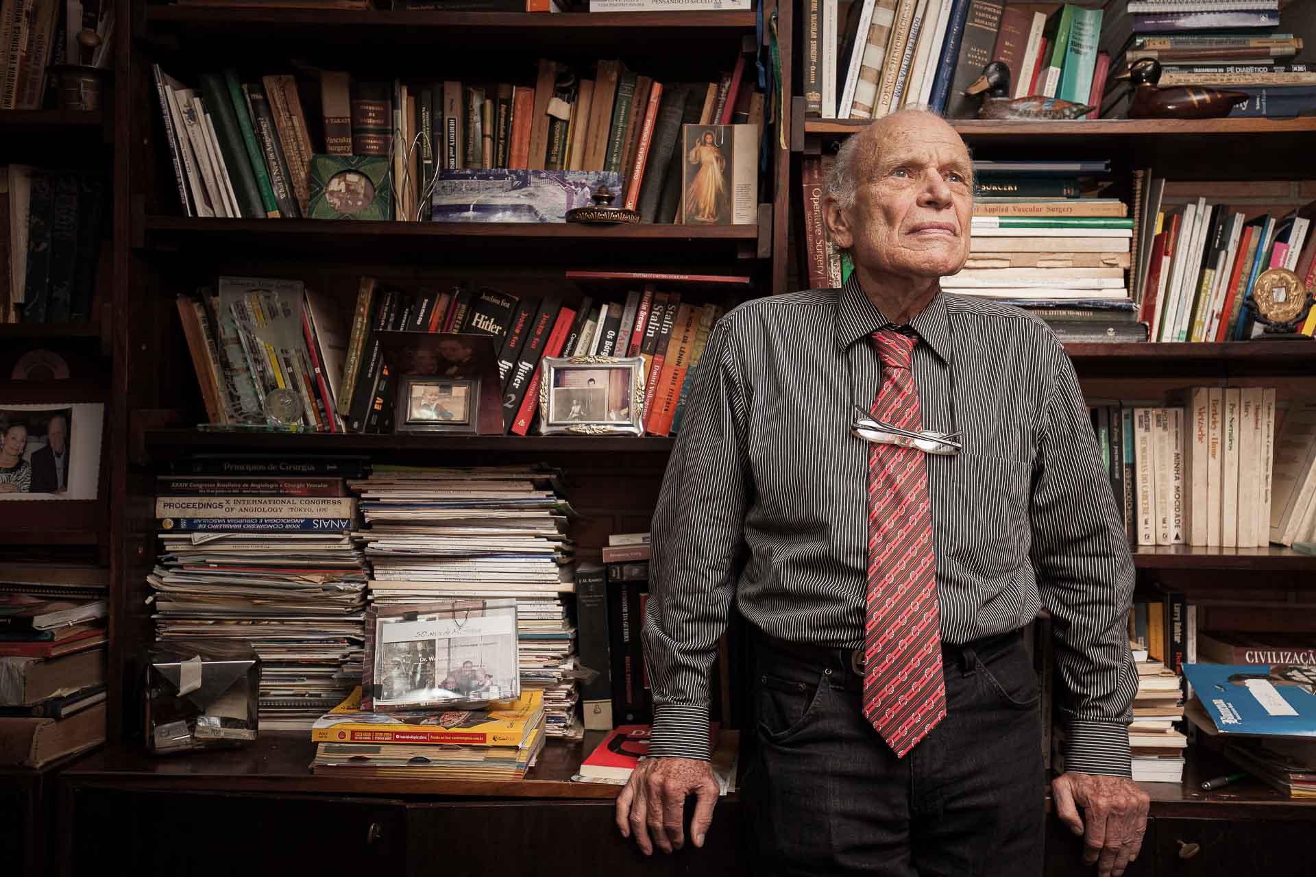O médico e ex-atleta Walmor Belz posa em sua biblioteca particular