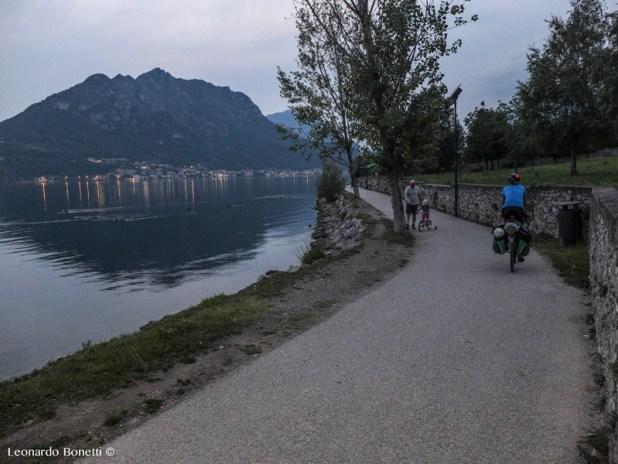 Ciclabile sulla sponda orientale del lago di Garlate, arrivo a sole già tramontato