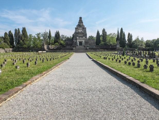 Cimitero di Crespi d'Adda, svetta il grande mausoleo realizzato in ceppo rustico dalla famiglia Crespi