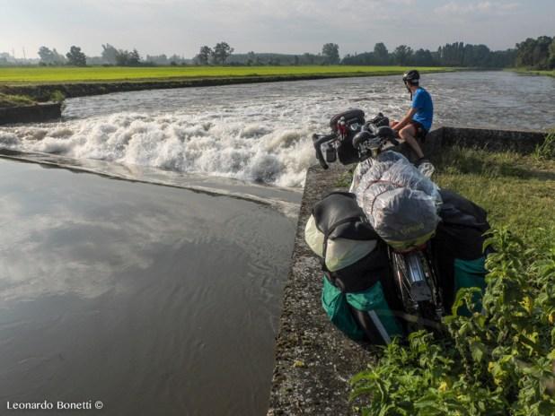 Le acque del canale della Muzza affrontano il loro prossimo salto e sprigionano tutta l'energia acquistata