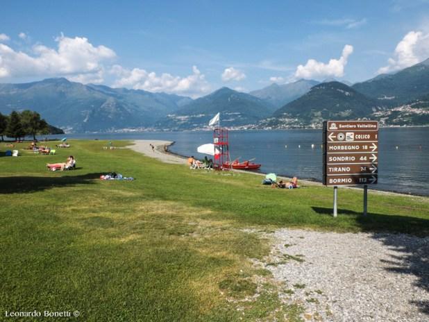 La spiaggia di Colico attorniata dai rilievi del lago di Como