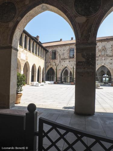 Cortile-interno-della-fortezza-viscontea-di-Cassano-dAdda