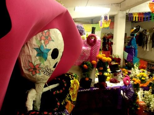 Ofrendas realizadas por niños de escuela. Teatro Miquiztli, Mixquic