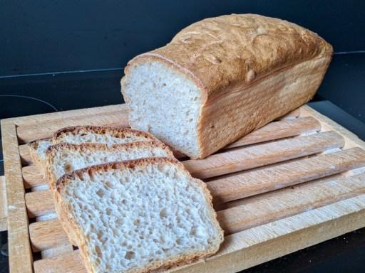 Pain rectangulaire coupé et 3 tranches de pain