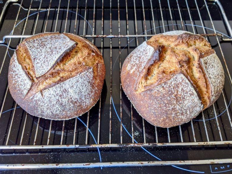Deux boules de pain au levain sur une grille