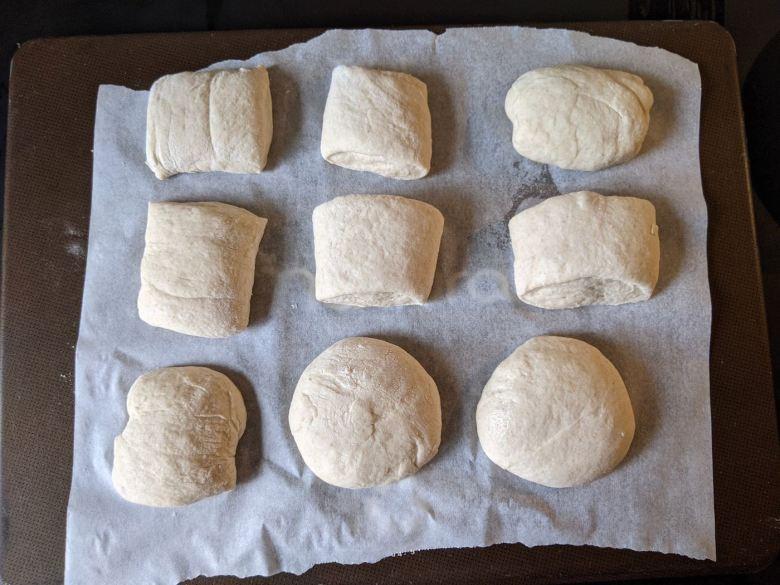 pâtons de petits pains sur plaque