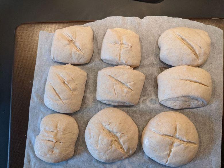 petits pains fendus sur plaque