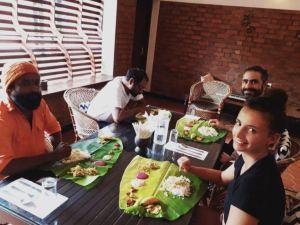 Repas indien sur feuille de bananier avec des amis indiens.