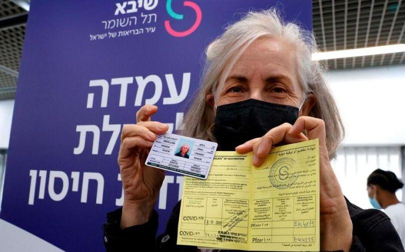 Une femme israélienne présente son certificat de vaccination après avoir reçu une deuxième injection du vaccin Pfizer-BioNTech.