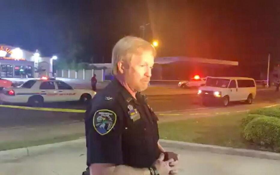 Un porte-parole de la police de Shreveport, en Louisiane, s'exprime dimanche soir après la fusillade. REUTERS/Love Shreveport-Bossier