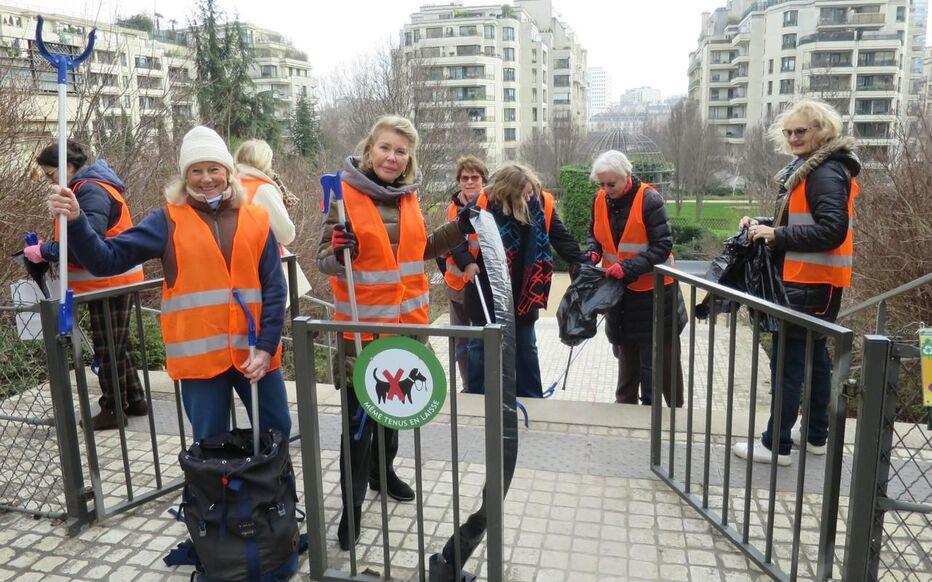 Les membres de l'association Paris-Seine se mobilisent pour nettoyer leur quartier et en appeler aux civismes de leurs voisins.