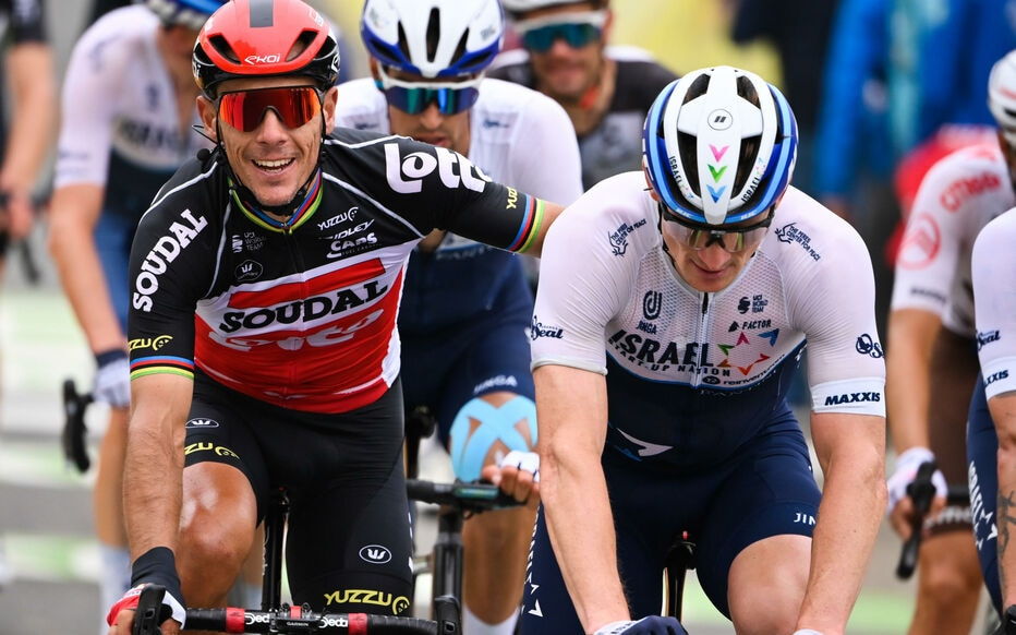 Belgian Philippe Gilbert (left) stopped with Chris Froome to call for help after a cyclist fell in a ravine in the Col du Portet.  Belga / Icon Sport