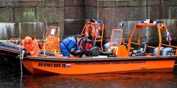 Les techniciens de la police de Saint-Pétersbourg ont sondé la rivière Moïka en quête des restes de la jeune femme/AFP.