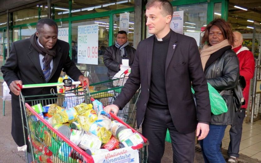 Mantes-la-Jolie, archives. Les membres des paroisses et des mosquées locales se retrouvent devant les supermarchés pour collecter des denrées alimentaires.