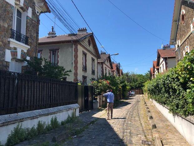 Saint-Denis, le 11 juin 2021. Des habitants de la petite impasse construite en 1922 ont appelé un huissier pour voir l'ensoleillement actuel, avant la réalisation du programme immobilier derrière leur maison.