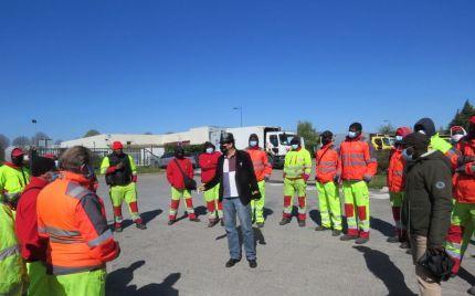 Savigny-le-Temple 13 avril 2021  Responsable de la branche Déchets au syndicat USAP, Lahoucine Arejdal rappelle l'enjeu de la grève aux salariés et interimaires d'ESD.