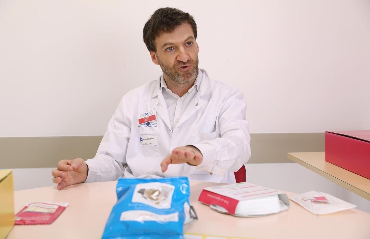 A l'hôpital Bichat, à Paris, le 29 août : le Dr Boris Hansel analyse la gamme de produits « Comme j'aime »./LP/Guillaume Georges