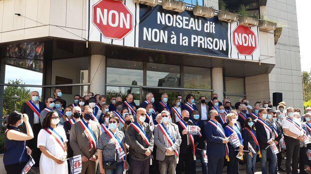 De nombreux élus du département, issus de tous les milieux politiques, ont pris part à cet événement, à la demande du maire (LR) Yvan Femel.