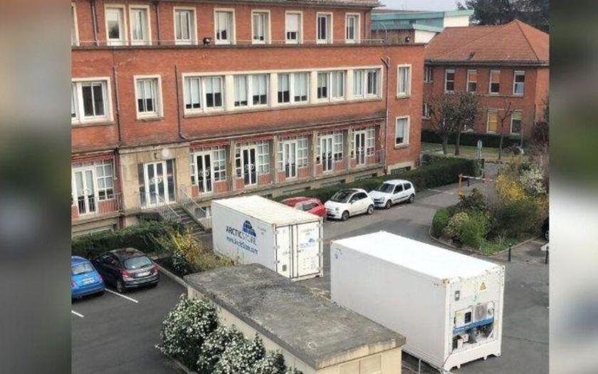 Créteil. Des conteneurs réfrigérés ont été livrés ces derniers jours dans les centres hospitaliers de Créteil et Villeneuve-Saint-Georges pour prendre en charge des personnes décédées du Covid-19.
