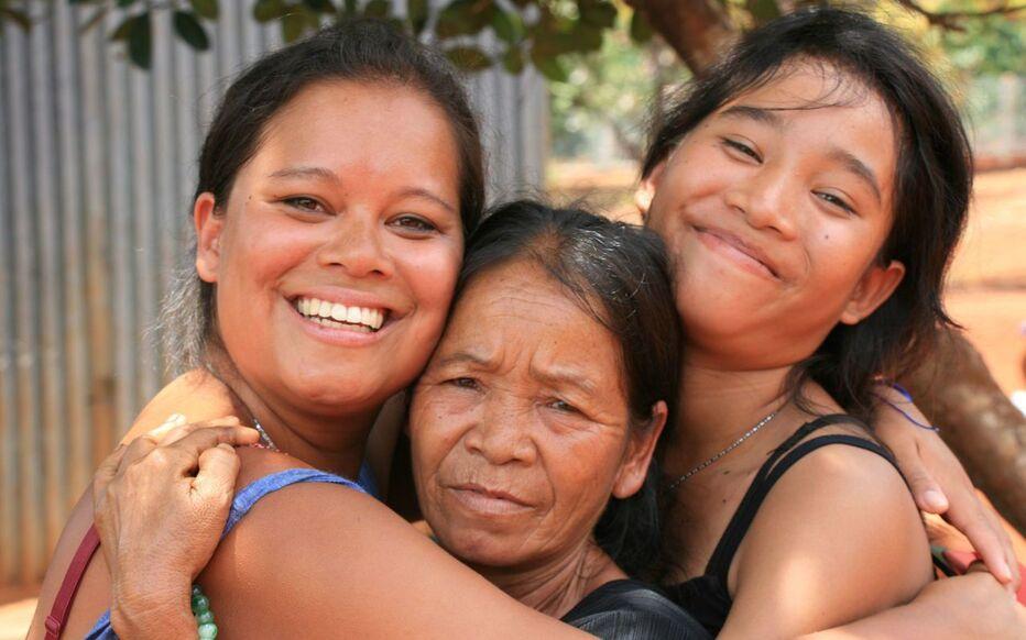 Jade (à gauche), née le 1er octobre 1992, a retrouvé sa mère biologique et ses deux sœurs au Viêt Nam, des années après avoir été adoptée dans une institution religieuse par une mère célibataire française.