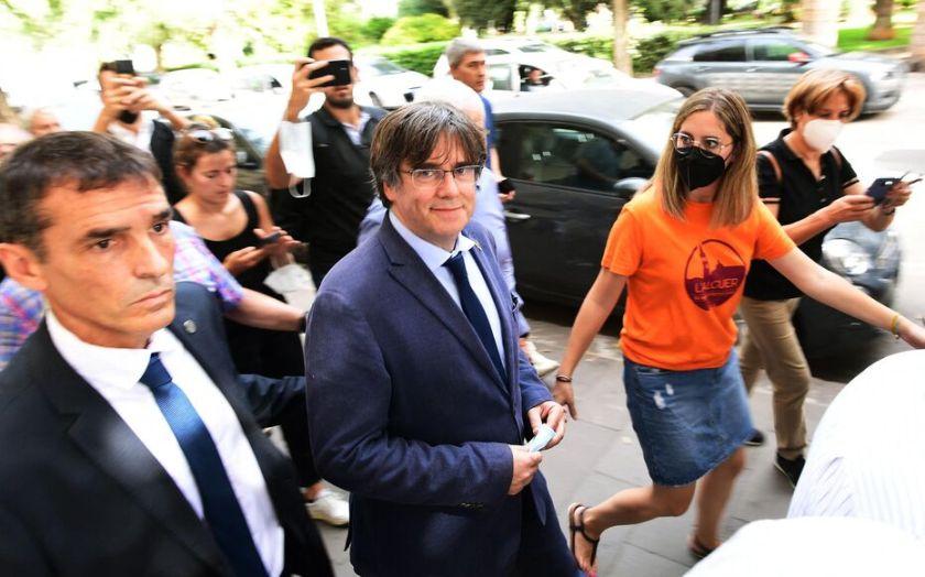 Persécuté» mais «libre» : le bain de foule du Catalan Carles Puigdemont en  Sardaigne - Le Parisien
